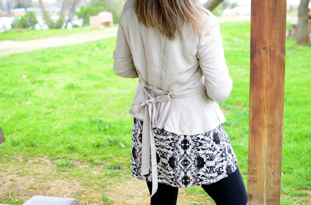 over 40 daily outfit blog khaki black and white snake trend ootd whatiwore2day